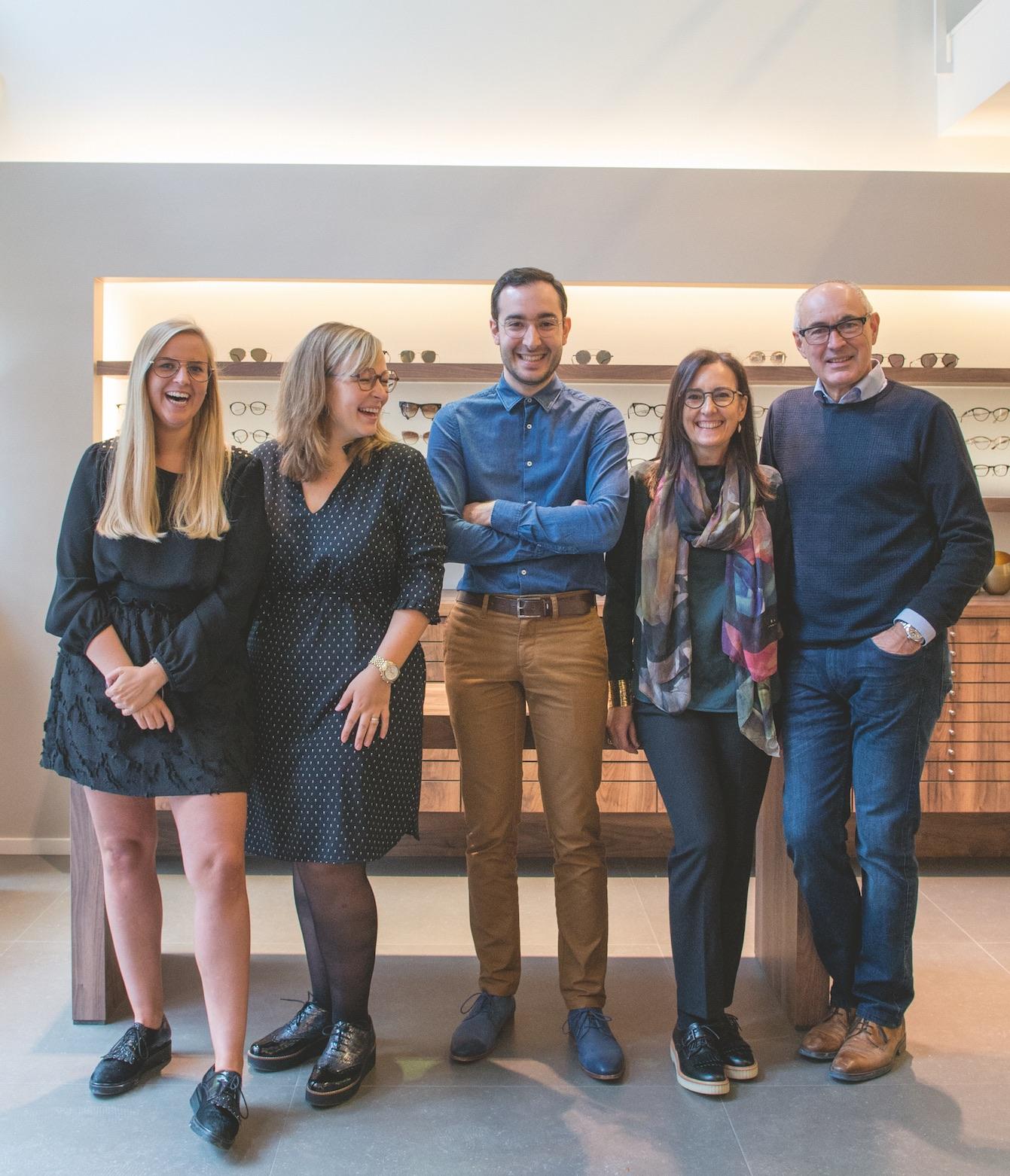 Het team van opticiens en optometristen in de winkel te Mechelen.